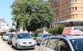 Uz pretnju nožem opljačkao jednog novosadskog taksistu, drugog ranio
