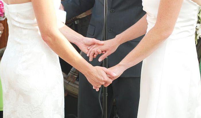 Ukinuta zabrana istopolnim parovima da usvajaju decu