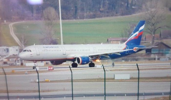 VIDEO: Avionu Aeroflota se zapalio motor