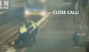 VIDEO: Žena spasena sa šina sekund pre nego što će proći voz