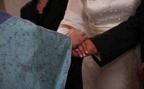 Sveštenik kažnjava parove koji zakasne na sopstveno venčanje