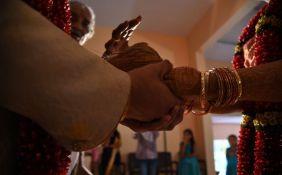 VIDEO: Uplakanog mladoženju pištoljem naterali da se oženi