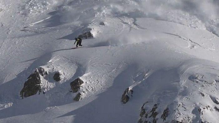 VIDEO: Snouborder tokom spusta pokrenuo snežnu lavinu
