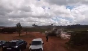 VIDEO: Helikopter ispalio rakete prema posmatračima na vojnoj vežbi