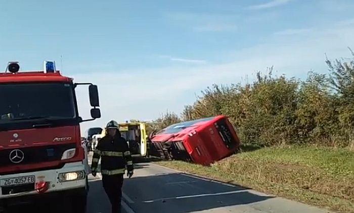 VIDEO: Autobus pun dece se sudario sa automobilom u Hrvatskoj
