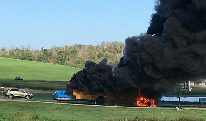 Zapalio se autobus sa srednjoškolskim fudbalskim timovima