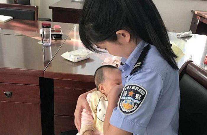 FOTO: Policajka podojila bebu osumnjičene