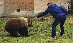 VIDEO: Rus opušteno šeta medveda na povocu
