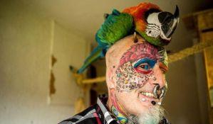 FOTO: Čovek papagaj odsekao uši, ima 110 tetovaža i 50 pirsinga