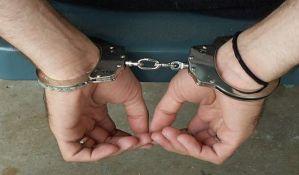 Uhapšen muškarac s puškom i majicom