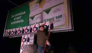 Predsednik opštine Apatin lepi plakate pod okriljem noći