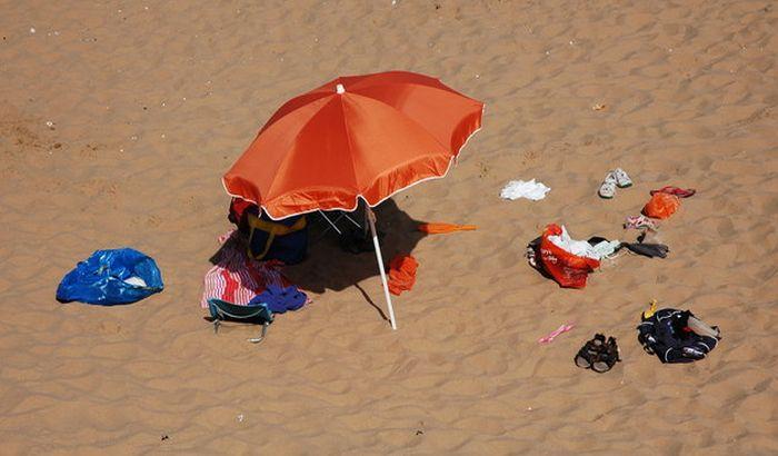 Turista kažnjen jer je na plaži rezervisao mesto suncobranom