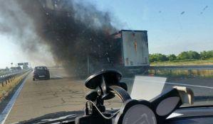 FOTO: Kamion u plamenu izazvao zastoj na autoputu Novi Sad-Beograd