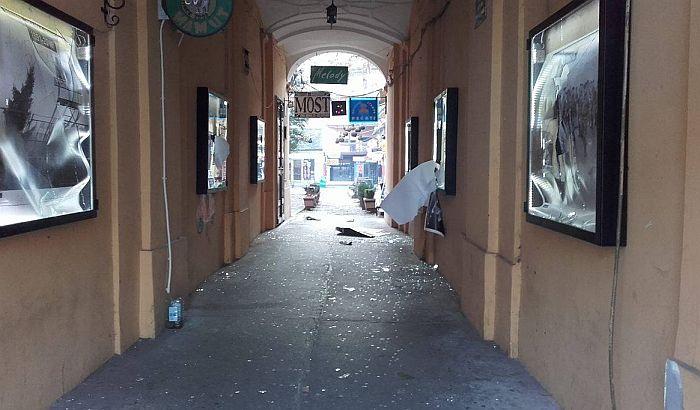 FOTO: Vandali razbili izloge i uništili izložbu o Vukovaru u Zmaj Jovinoj ulici