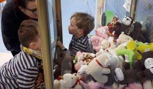 VIDEO: Dečak bio zarobljen u aparatu sa igračkama