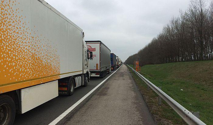 Kamioni čekaju satima na granici