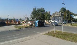 FOTO: Prevrnuo se kamion sa drvima na kružnom toku u Veterniku