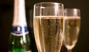 Avion prinudno sleteo zbog šampanjca