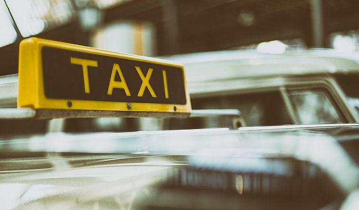 Taksista opljačkao pa pretukao stranca