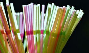 Britanija zabranjuje plastične slamčice, kašičice i štapiće za uši