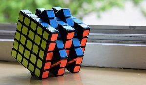 VIDEO: Dečak žonglira Rubikovim kockama i rešava ih