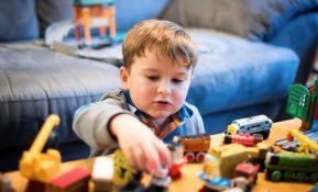 Previše igračaka može kočiti dečju maštu i fokusiranost