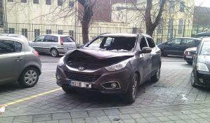 FOTO: Molotovljevim koktelom zapaljena kola u centru Novog Sada
