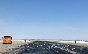 FOTO: Tri tone zlata ispale iz aviona