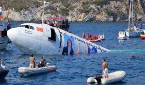 VIDEO: Namerno potopili avion zbog turista