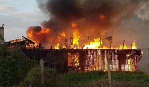 FOTO, VIDEO: U požaru na Telepu izgorela baraka