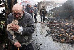 FOTO, VIDEO: Slika čoveka koji je požaru izgubio sve osim mačke obišla svet