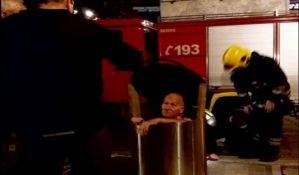 FOTO: Novosadski vatrogasci spasili deku-heroja iz podzemnog kontejnera