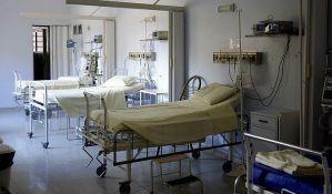 Pacijente na nosilima prenose do hirurške sale