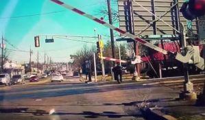 VIDEO: Spasli baku koja je pokušala da pređe prugu dok je nailazio voz