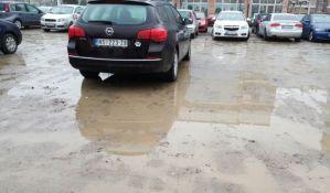 Žalbe pojedinih vozača na blatnjavi parking u Radničkoj ulici
