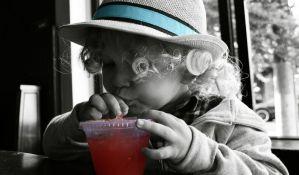 Roditelji deci daju previše voćnih sokova