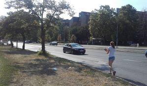 Udes na Novom naselju, vozač naleteo na pešaka koji je pretrčavao put
