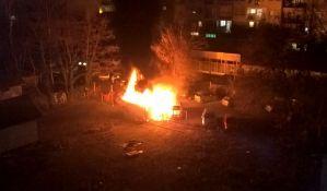 Izgoreli auto i kamp prikolica na Sajmištu, oštećena još dva vozila