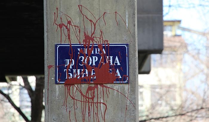 FOTO: Crvenom farbom isprskane table sa imenom ulice Zorana Đinđića