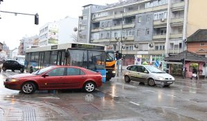 FOTO: Sudar gradskog autobusa i automobila u centru grada