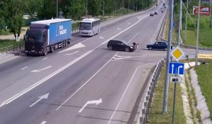 VIDEO: Biciklista za dlaku izbegao smrt, vozač ga