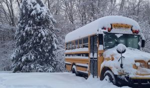 Vozio autobus, na krovu više od 1,5 tone snega