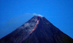 VIDEO: Vulkan samo što ne eruptira, meštani se vraćaju da gledaju borbe petlova