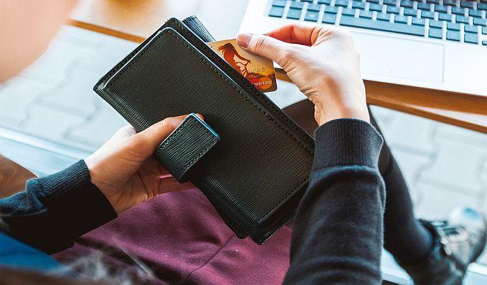 Maloletnica ispraznila novčanik starijeg sugrađanina