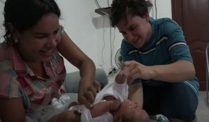 VIDEO: Transrodni muškarac rodio dete svojoj transrodnoj supruzi