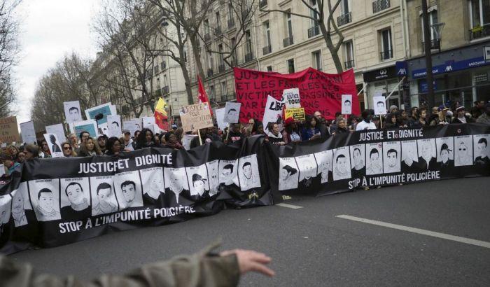 VIDEO: Protesti u Parizu protiv policijske brutalnosti, leteli molotovljevi kokteli i suzavac