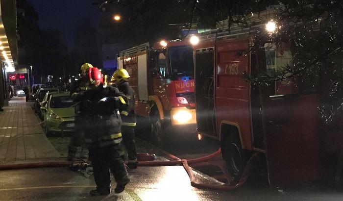 VIDEO, FOTO: Požar u garaži na Podbari, stanari evakuisani