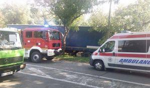 FOTO: Kamion udario u kuću u Petrovaradinu, povređen vozač