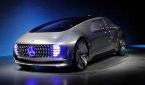Samovozeći Mercedes bi pregazio pešaka da spasi ljude u autu