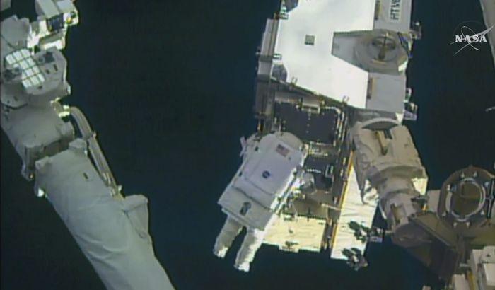 VIDEO, FOTO: Astronauti u svemirskoj šetnji promenili baterije